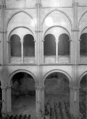 Eglise Saint-Rémi - Vue intérieure de la nef : grades arcades et tribune