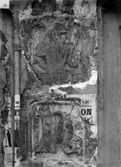 Maison dite de Nicolas Flamel - Détail de la façade : Personnage et lettre N, avant nettoyage