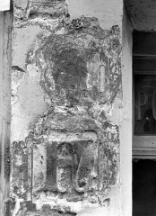 Maison dite de Nicolas Flamel - Détail de la façade : Personnage et lettre F, avant nettoyage