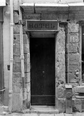 Maison dite de Nicolas Flamel - Façade sur rue : Porte, à gauche