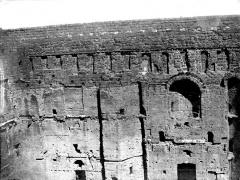 Amphithéâtre (temple dans un hémicyle précédé d'un nymphée) - Grand mur de la façade, côté intérieur