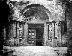 Eglise Saint-Barnard, ancienne collégiale - Portail de la façade ouest