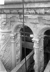 Cathédrale Saint-Gatien - Couronnement d'un clocher : corniches, chapiteaux