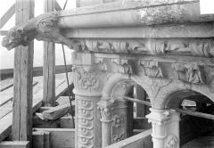 Cathédrale Saint-Gatien - Couronnement d'un clocher : corniches, chapiteaux, gargouilles