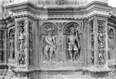 Cathédrale Saint-Gatien - Couronnement d'un clocher : soubassement du lanternon
