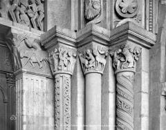 Cathédrale Saint-Lazare - Portail de la façade ouest : chapiteaux côté droit