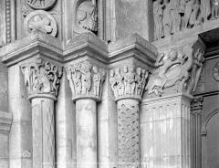 Cathédrale Saint-Lazare - Portail de la façade ouest : chapiteaux côté gauche