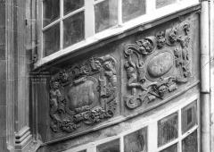 Hôtel Fontfreyde (musée du Ranquet) - Cour intérieure : Bas-relief de la tourelle d'escalier