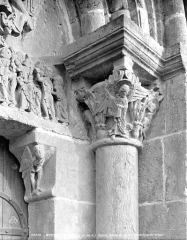 Eglise Saint-Pierre Saint-Paul - Portail de la façade ouest : chapiteau de droite