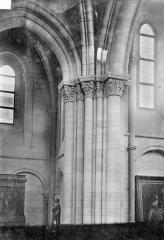 Eglise Notre-Dame - Vue intérieure de la nef : Colonnes et chapiteaux