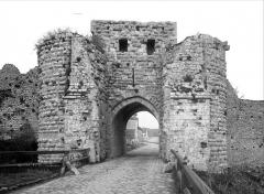 Remparts de la Ville Haute - Porte Saint-Jean : Vue extra-muros