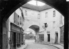 Enceinte de la ville - Porte Sauvigny : Vue prise du porche vers l'avant-porte