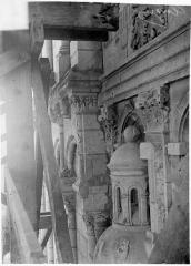 Cathédrale Saint-Maurice - Façade ouest, statues de la partie supérieure représentant saint Maurice et ses compagnons en costume militaire du 16e siècle : Dais de la 1e statue