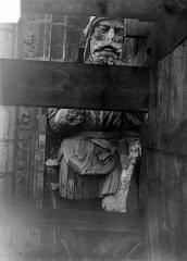 Cathédrale Saint-Maurice - Façade ouest, statues de la partie supérieure représentant saint Maurice et ses compagnons en costume militaire du 16e siècle : 1e statue