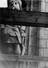 Cathédrale Saint-Maurice - Façade ouest, statues de la partie supérieure représentant saint Maurice et ses compagnons en costume militaire du 16e siècle : 8e statue
