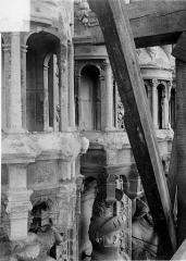 Cathédrale Saint-Maurice - Façade ouest, statues de la partie supérieure représentant saint Maurice et ses compagnons en costume militaire du 16e siècle : Dais des 1e, 2e et 3e statues