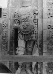 Cathédrale Saint-Maurice - Façade ouest, statues de la partie supérieure représentant saint Maurice et ses compagnons en costume militaire du 16e siècle : 2e statue