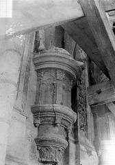 Cathédrale Saint-Maurice - Façade ouest, statues de la partie supérieure représentant saint Maurice et ses compagnons en costume militaire du 16e siècle : Socle d'une statue