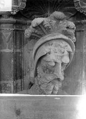 Cathédrale Saint-Maurice - Façade ouest, statues de la partie supérieure représentant saint Maurice et ses compagnons en costume militaire du 16e siècle : Tête de la 7e statue