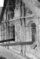 Cathédrale Saint-Maurice - Façade ouest, statues de la partie supérieure représentant saint Maurice et ses compagnons en costume militaire du 16e siècle : Petites ouvertures situées sous les socles