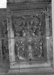Cathédrale Saint-Maurice - Façade ouest, statues de la partie supérieure représentant saint Maurice et ses compagnons en costume militaire du 16e siècle : Panneau sculpté entre les petites ouvertures situées sous les socles