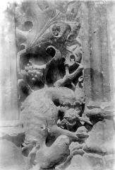 Ancien hôtel de Cluny et Palais des Thermes, actuellement Musée National du Moyen-Age - Portail. Détail de sculpture : Animal fantastique