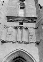 Château de Vincennes et ses abords - Donjon. Entrée est ou châtelet : Partie supérieure de la façade entre les deux tours
