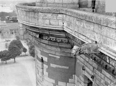Château de Vincennes et ses abords - Donjon : Corniche du chemin de ronde et gargouille