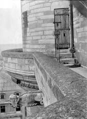 Château de Vincennes et ses abords - Donjon : Chemin de ronde et prote d'entrée de la tour