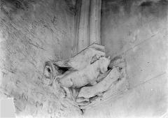 Château de Vincennes et ses abords - Donjon. Console sculptée : Taureau de saint Luc