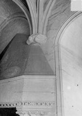 Château de Vincennes et ses abords - Donjon : Partie supérieure de la cheminée et console sculptées