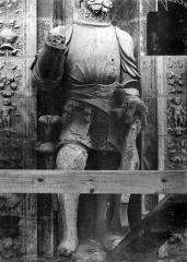 Cathédrale Saint-Maurice - Façade ouest, statues de la partie supérieure représentant saint Maurice et ses compagnons en costume militaire du 16e siècle : 7e statue