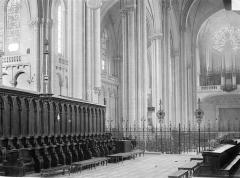 Cathédrale Saint-Pierre - Vue intérieure du choeur, vers le sud-ouest : Stalles et grille