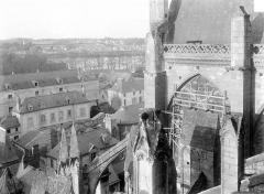 Cathédrale Saint-Gatien - Façade nord : Culée des arcs-boutants et face ouest du transept