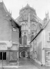 Cathédrale Saint-Etienne - Chevet pris d'une rue