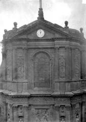 Eglise Saint-Dominique ou Notre-Dame - Façade ouest : Fenêtre et fronton de la partie supérieure