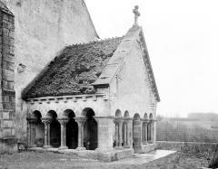 Eglise - Porche de la façade ouest : Vue en perspective