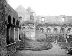 Prieuré de Saint-Jean-des-Bonshommes - Salle capitulaire (à gauche), réfectoire (au fond) et cloître (devant)