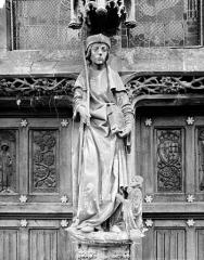 Eglise - Portail de la façade ouest, trumeau : Statue d'un saint personnage