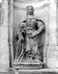 Eglise Saint-Symphorien - Porte de la sacristie : Statue de sainte Anne et la Vierge