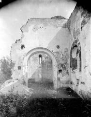 Ancienne église Saint-André - Vue intérieure : Arcade centrale et restes de peinture murale
