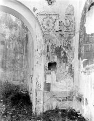 Ancienne église Saint-André - Vue intérieure : Restes de peinture murale, à droite de l'arcade centrale