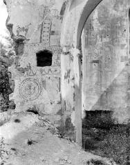 Ancienne église Saint-André - Vue intérieure : Restes de peinture murale, à gauche de l'arcade centrale