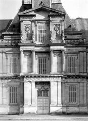 Domaine national : Château de Maisons-Laffitte - Grand pavillon d'entrée : Façade ouest