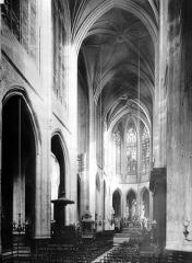Eglise Saint-Gervais-Saint-Protais - Vue intérieure de la nef vers le choeur