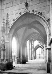 Eglise Saint-Germain-l'Auxerrois - Porche de la façade ouest : Vue intérieure prise du sud
