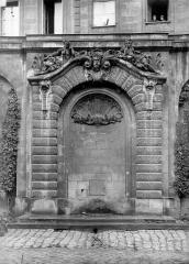 Hôtel des Douanes - Fontaine dans la cour : Vue d'ensemble