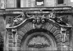 Hôtel des Douanes - Fontaine dans la cour : Fronton