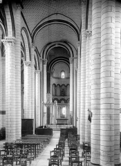 Eglise Saint-Pierre - Vue intérieure de la nef vers le choeur