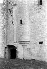 Donjon de Moricq - Façade ouest : Poterne et tour d'escalier